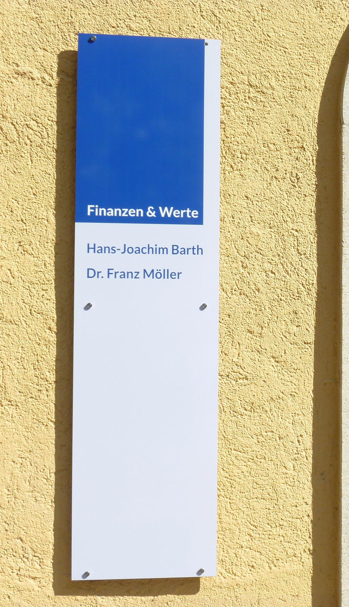 Bueroeingang Finanzen und Werte - Firmenschild
