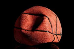 Schrumpfender Basketball steht für Deflationärer Schock